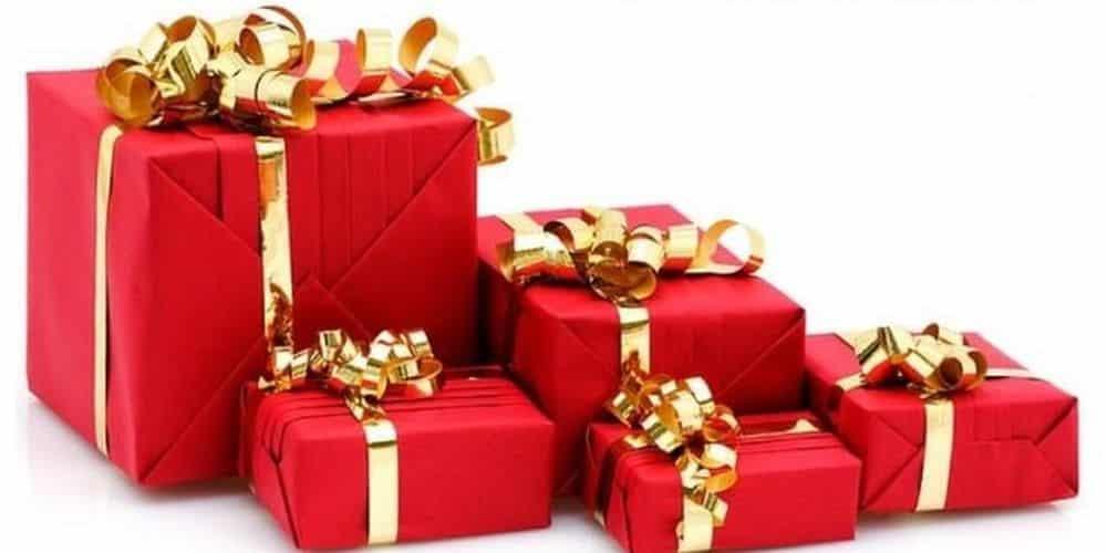 Emballage des cadeaux pour le sapin en ville d'Ambrières